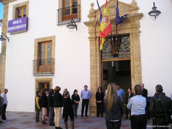 Concentración silenciosa en el ayuntamiento de Xàbia