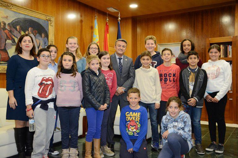 El alcalde con los componentes del Consell dels Xiquets.