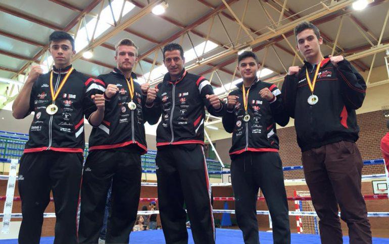 El entrenador del Club Muay Thai Xàbia con sus chicos