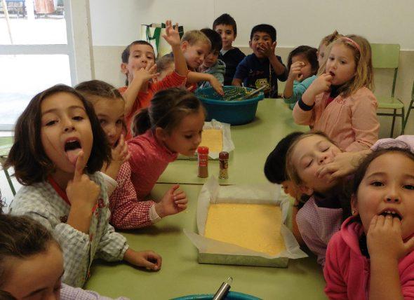 Escolares comiendo coca de calabaza