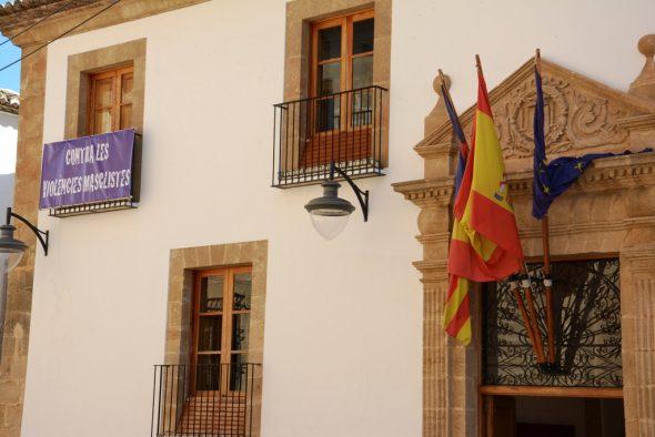 Fachada del ayuntamiento con la pancarta