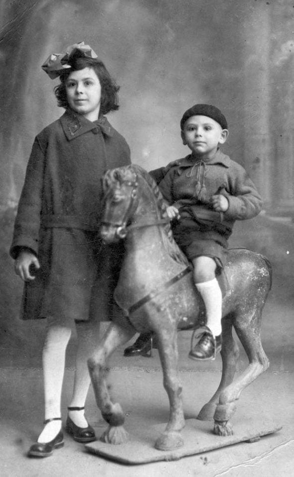 Niño sobre caballo de cartón