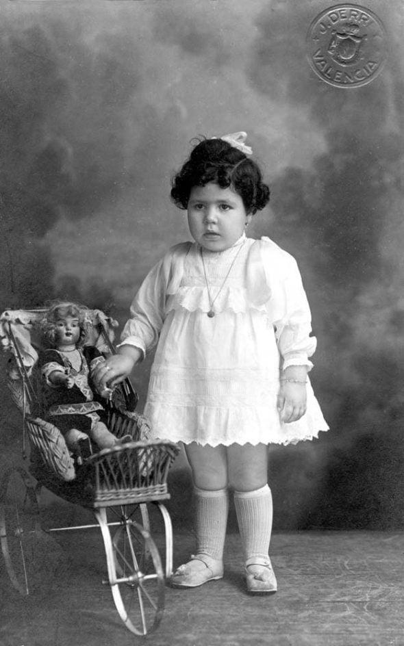 Niña con muñeca