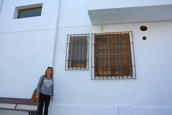 Kika Mata junto al edificio rehabilitado