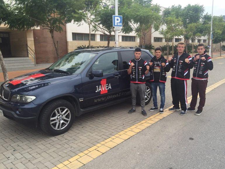 Los luchadores junto al coche en el que partirán a Torre Pacheco