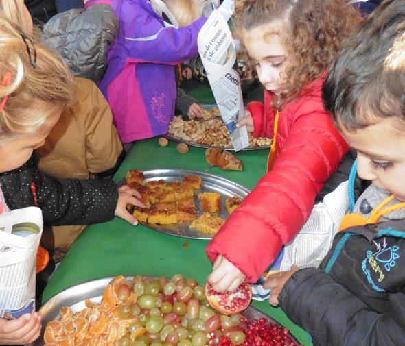 Niños comiendo frutos de otoño
