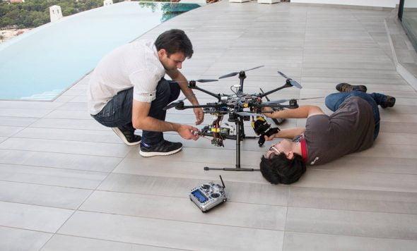 Pilotos preparando el dron
