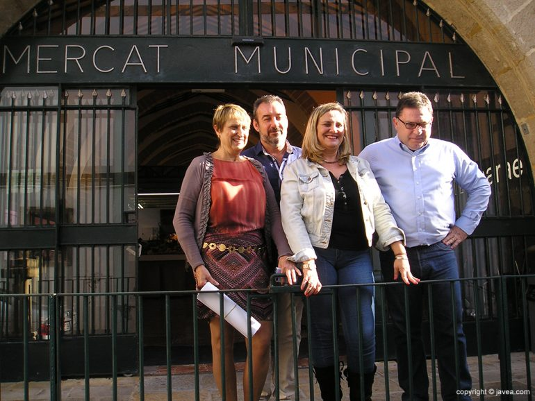 Caballero, Jover, Bisquert y Morollo en la puerta del Mercat