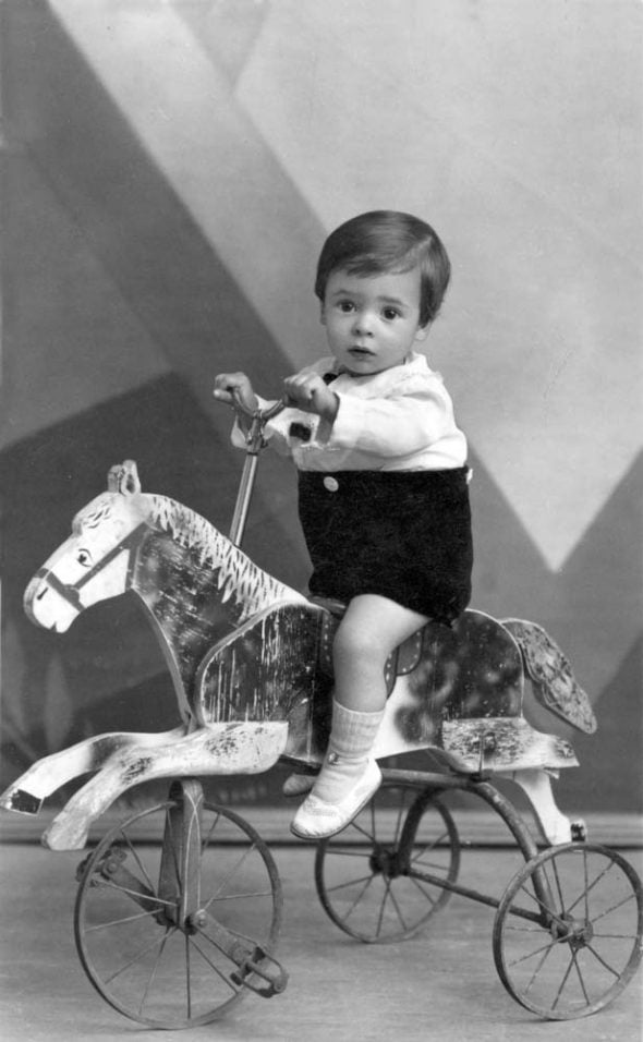 Niño sobre caballo con ruedas