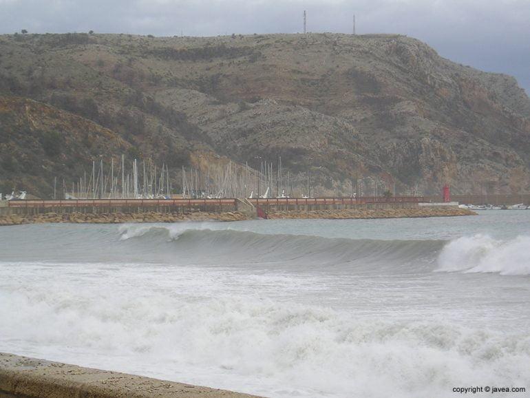 Olas del temporal en la playa de La Grava