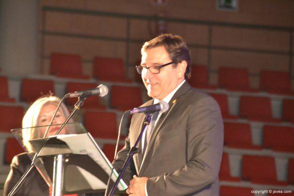 Antonio Miragall en pleno discurso