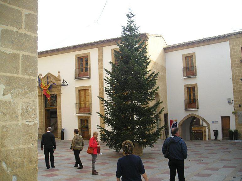 Árbol de navidad frente al ayuntamiento de Xàbia