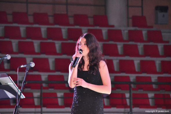 Chica cantando en playback