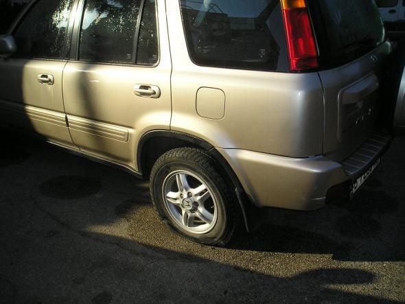 Coche neumático pinchado