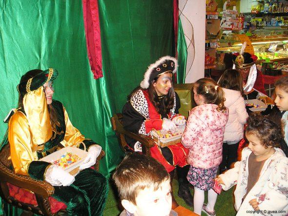 Paje del Rey Baltasar atendieno a los niños