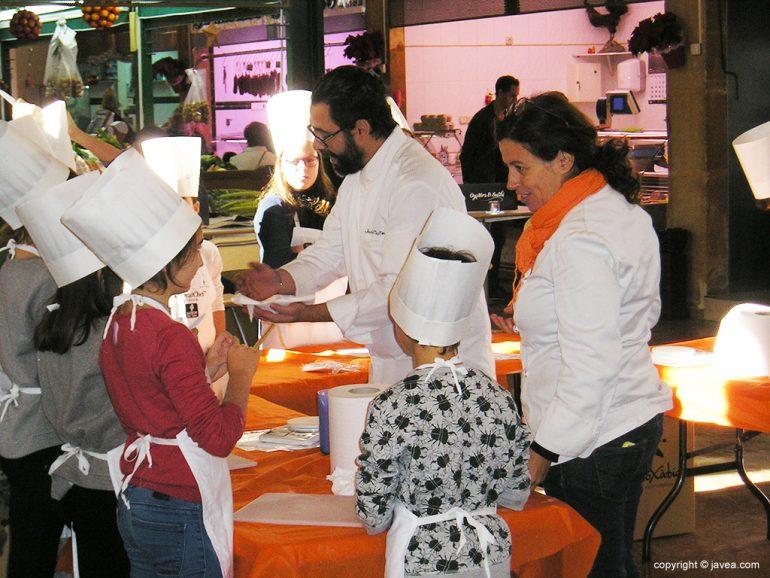 El chef marcando las pautas a sus alumnos