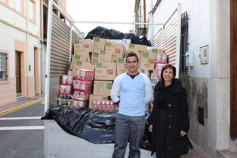 Jacinta Pastor junto al camión de comida para Càritas