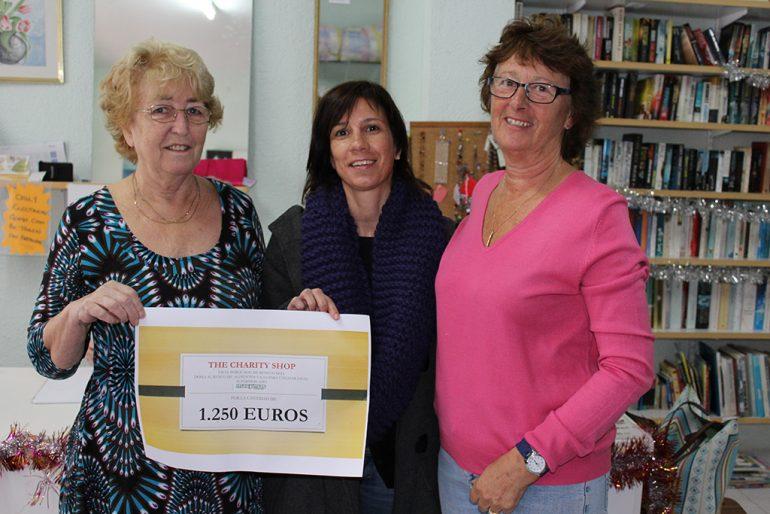 Jacinta Pastor recogió el vale de Charity Shop