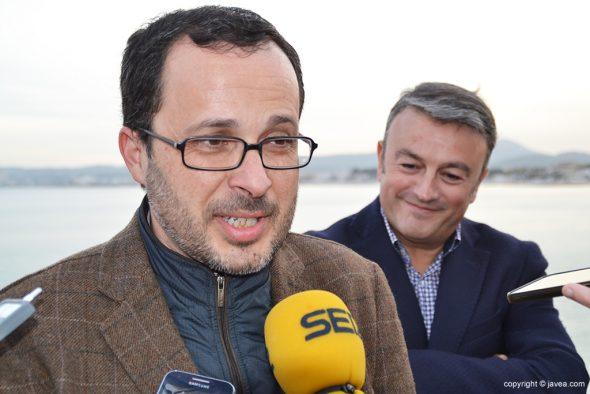 Julián López atendiendo a la prensa