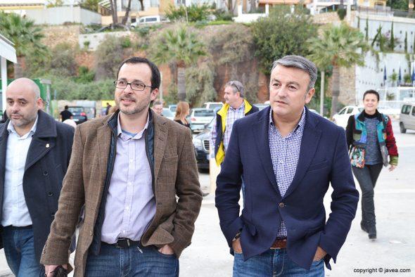 Julián López  paseando por el puerto de Xàbia