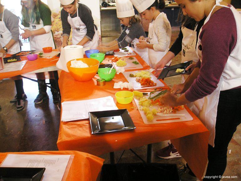 Niños del Mercatchef elaborando una ensaladilla rusa de colores