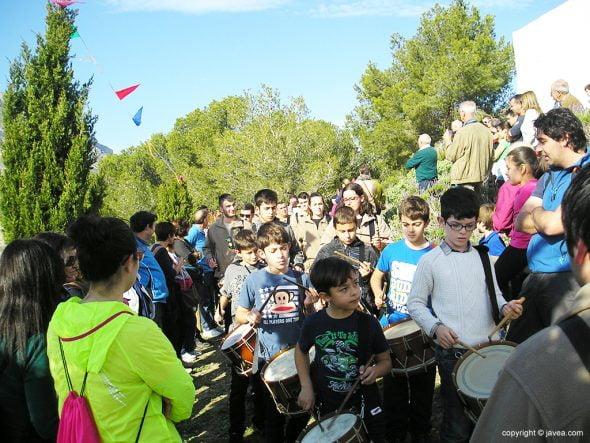 Niños con tambores en la procesión a Santa Llúcia