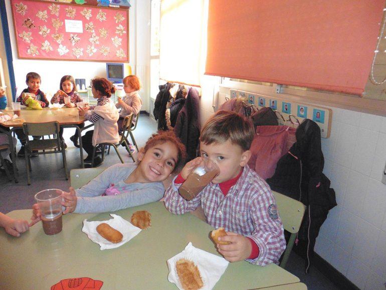 Niños disfrutando de un chocolate