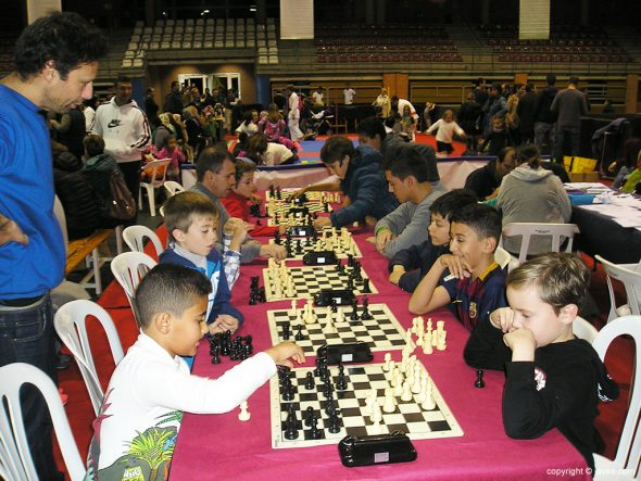 Jóvenes practicando el ajedrez