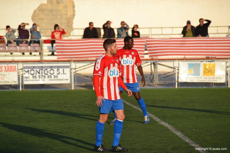 Pau y Hassam durante el partido