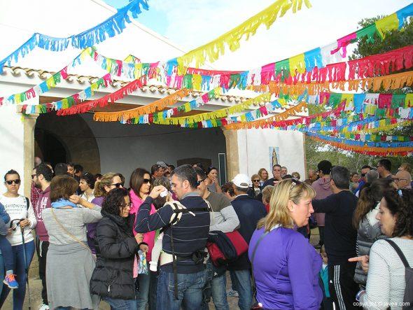 Romeros en la puerta de la ermita de Santa Llúcia