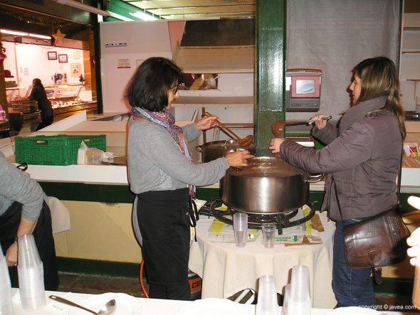 Vendedoras del Mercat sirviendo el chocolate