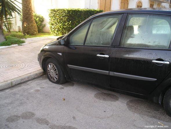 Coche ruedas pinchadas aparcado zona del puerto