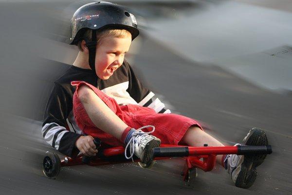 niño sobre un patinete ezy roller
