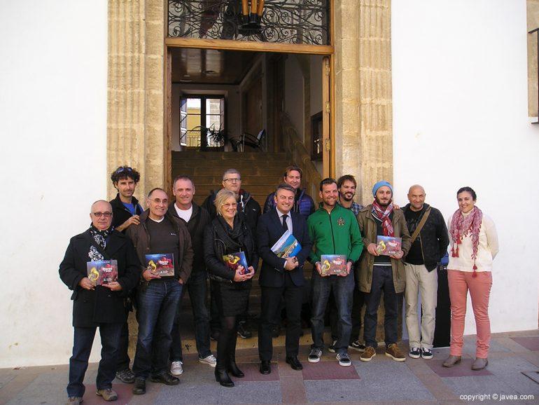 Chulvi con los representantes de los clubes de buceo