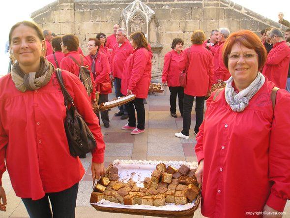Festeras de San Sebastián con bandeja de coca maría