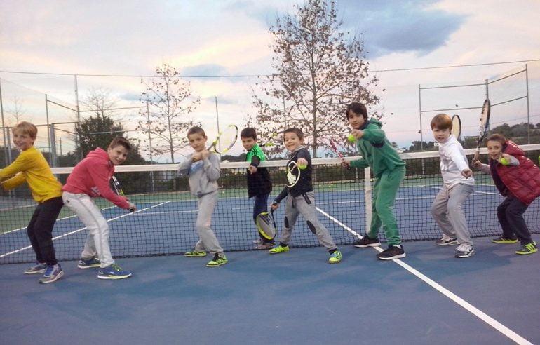 Escolares practicando tenis
