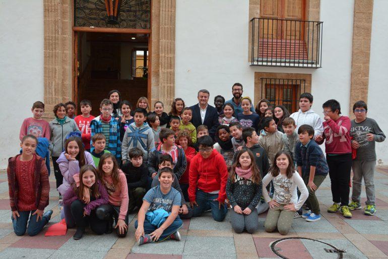 Grupo de escolares del Vicente Tena en el ayuntamiento