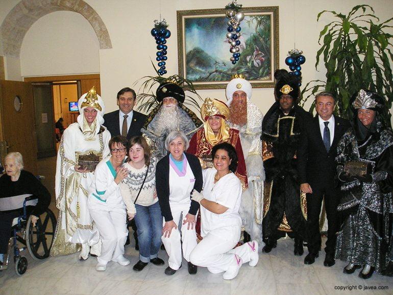 Reyes Magos con autoridades y empleados del Asilo
