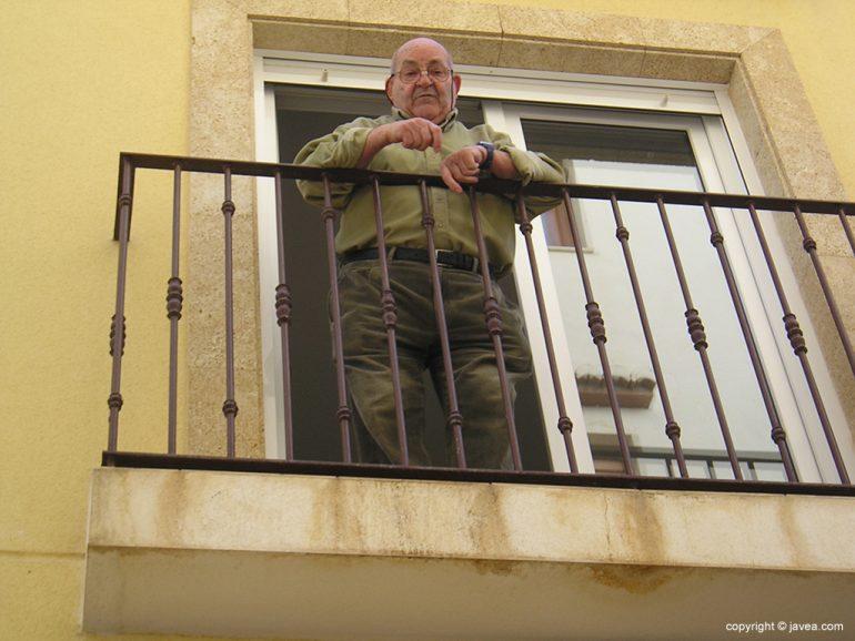 Manuel Mir Cruañes asomado al balcón de su casa