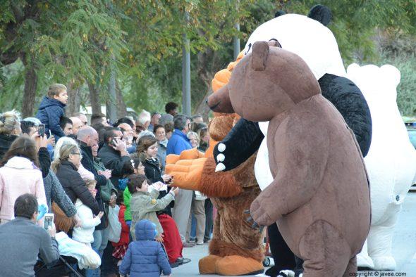 Muñecos gigantes saludando a los niños