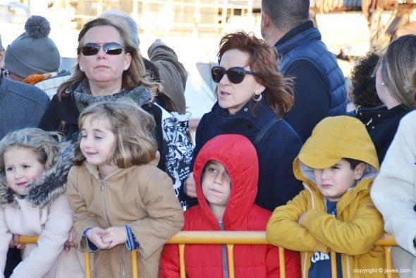 Niños combatiendo el fuerte viento