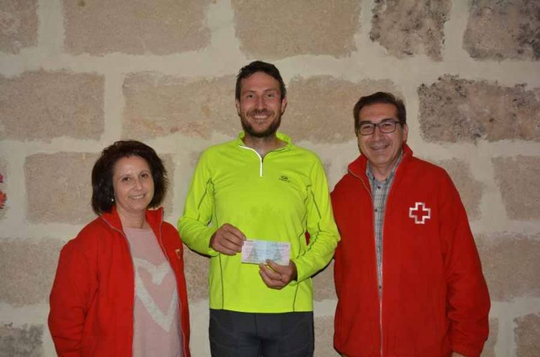 Raúl Bover entregando el cheque a Cruz Roja Xàbia