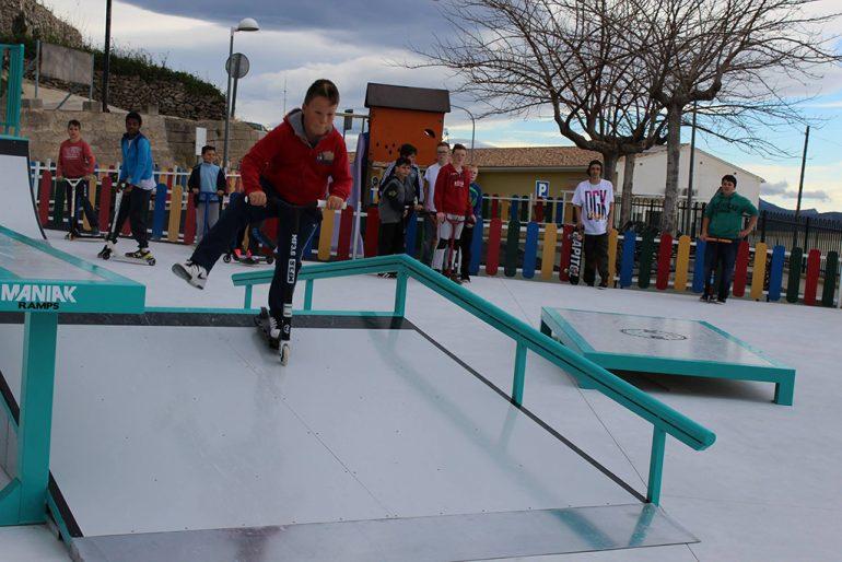 Chaval probando una de las rampas del skatepark