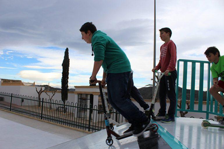 Chavales en una de las rampas del Skatepark