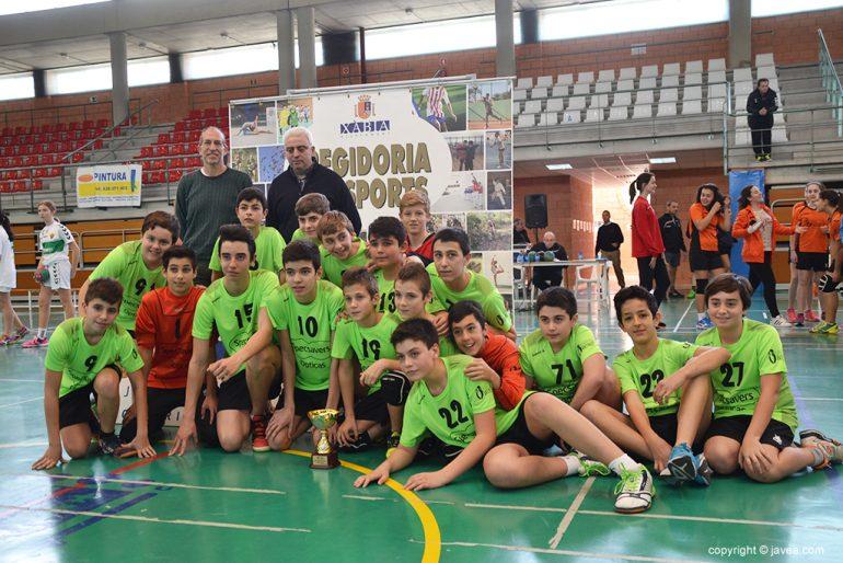 Club Handbol Xàbia con el trofeo de campeón