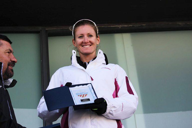 Cristina Roselló mostrando su trofeo