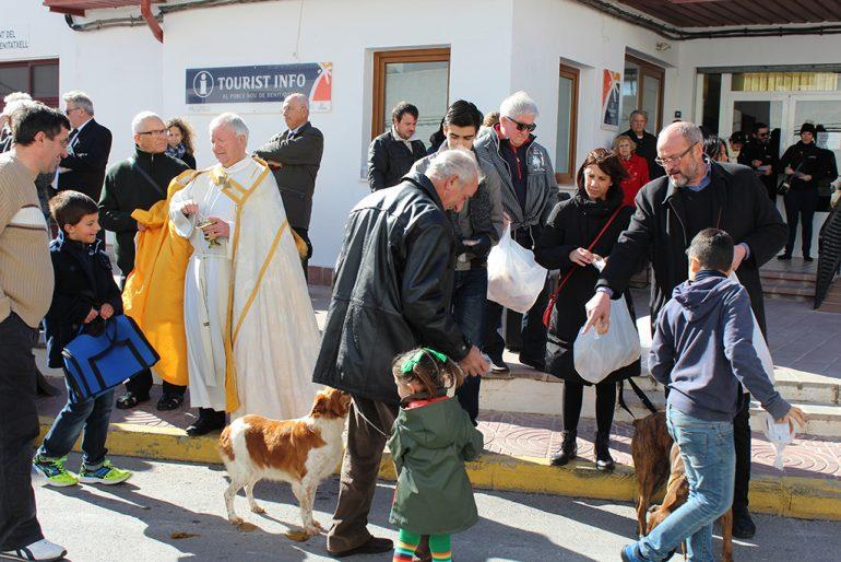 El sacerdote Guillermo Gilabert dando la bendición