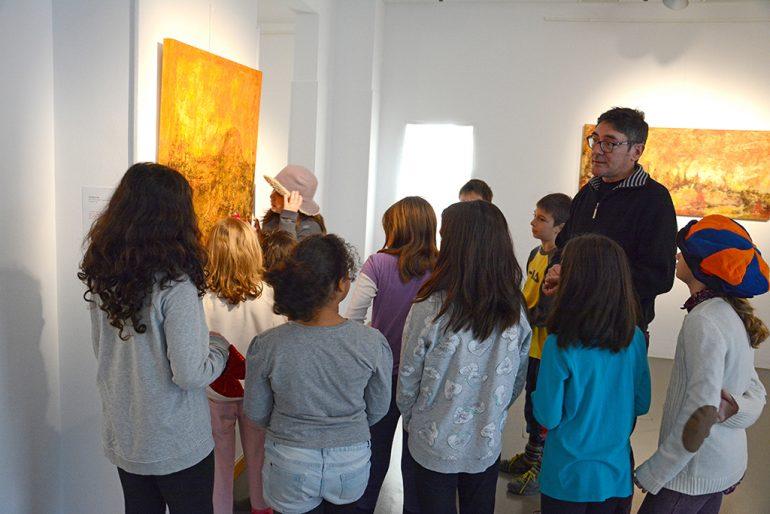 Escolares en la exposicion de Ximo Canet