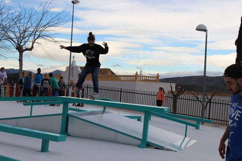 Joven realizando un truco sobre su tabla de skate