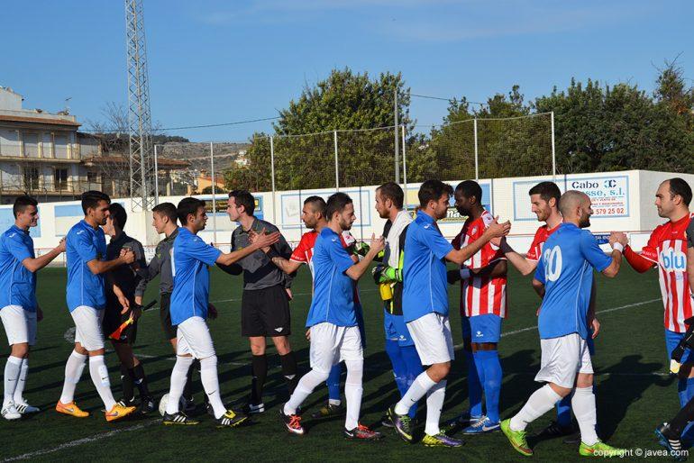 Jugadores de la UD Alginet saludando a los del CD Jávea